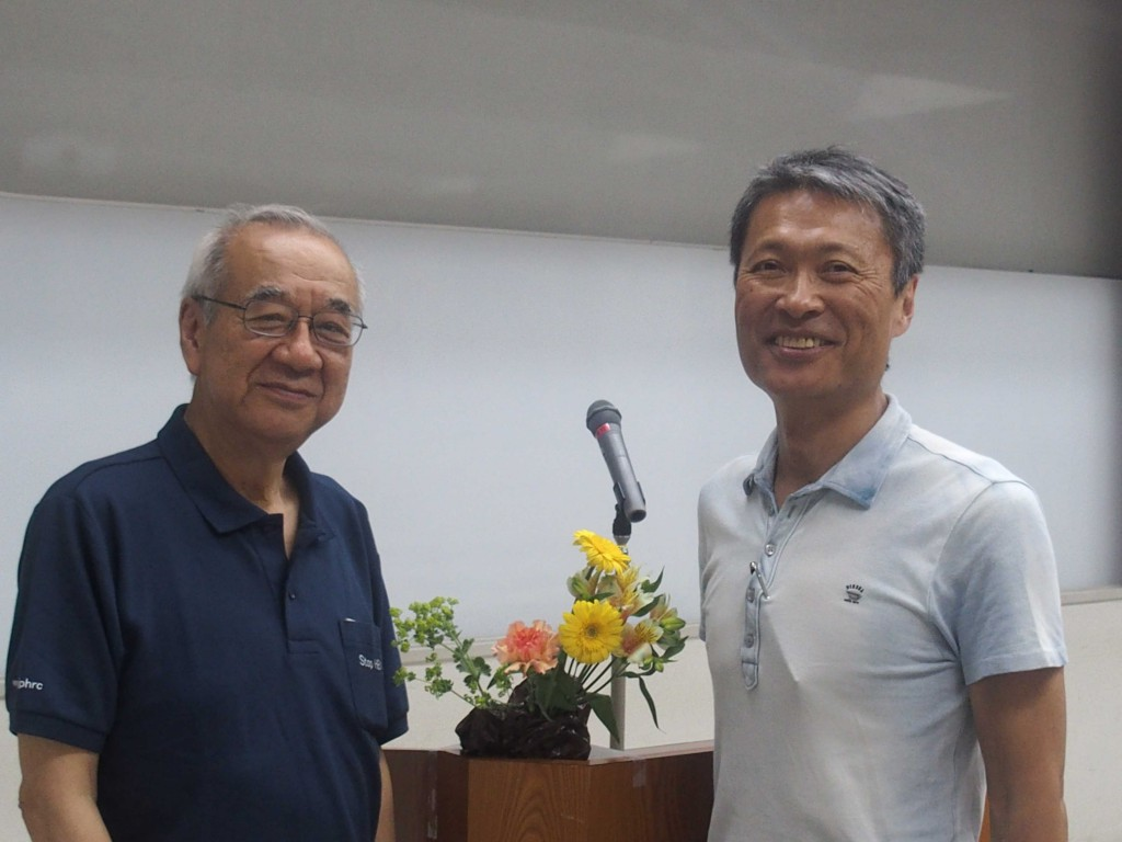 会場で左は藤澤理事長、右はノベルジンをつくっている ノーベルファーマ社長 塩村仁さん